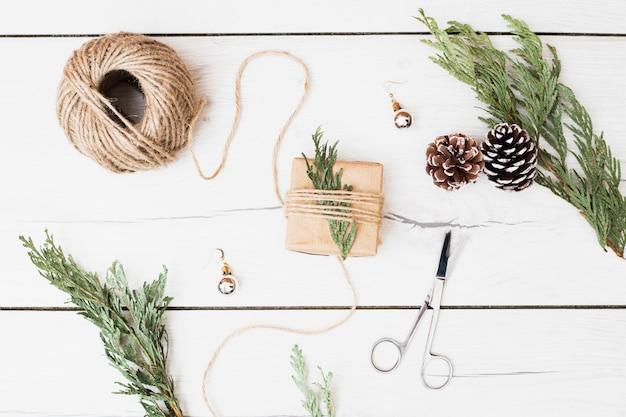 Herramientas y decoraciones para envolver el regalo de navidad.