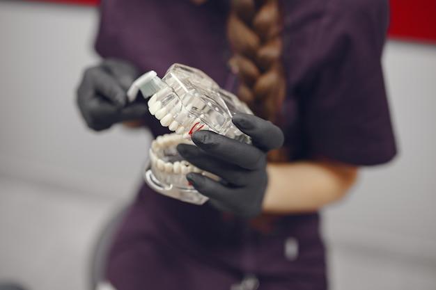 Herramientas dentales en una mano de dentista