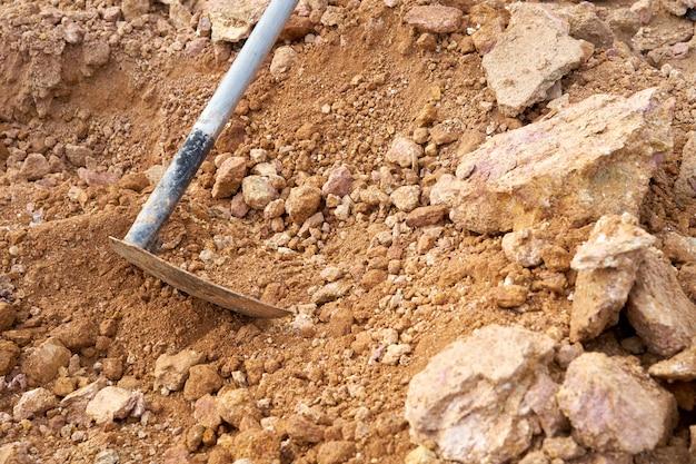 Las herramientas de dragado utilizadas por personas llamadas espadas de azada se utilizan para excavar el suelo.