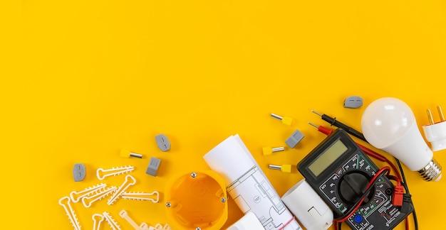 Herramientas eléctricas para reparar electricistas en la casa.