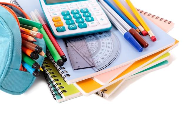 Herramientas de escuela con calculadora