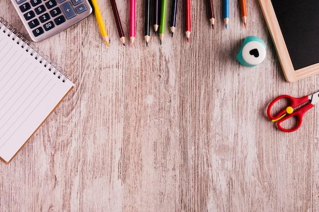 Herramientas de la escuela en la mesa