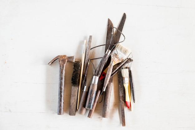 Herramientas de escultura. herramientas del arte y del arte en el fondo blanco.