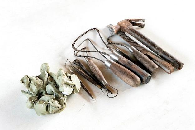 Herramientas de escultura. herramientas del arte y del arte en un fondo blanco.