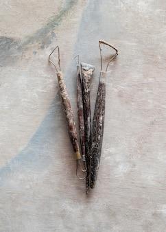 Herramientas de escultura. herramientas del arte y del arte en fondo de madera del vintage. de cerca.