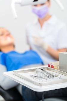 Herramientas estériles para dentistas en la práctica.