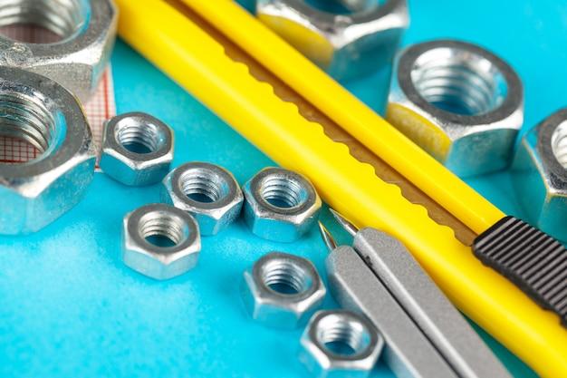 Herramientas de ingeniería. tornillos y nueses