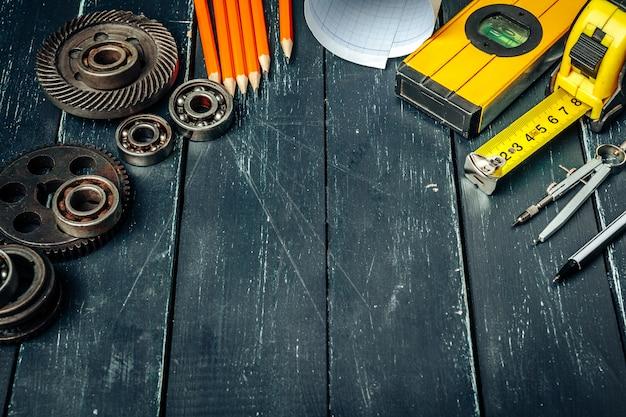 Herramientas de ingeniero de máquina en fondo madera oscuro