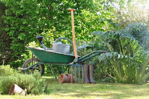 Herramientas de jardinería en carretilla