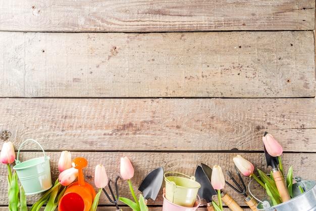 Herramientas de jardinería y flores.