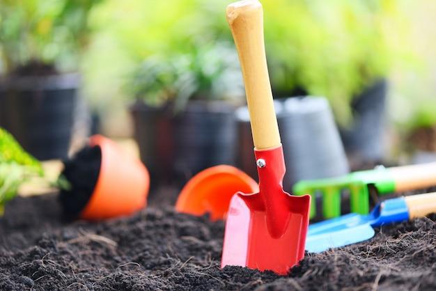 Herramientas de jardinería en el fondo del suelo listo para plantar