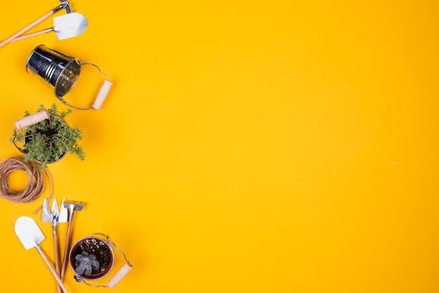 Herramientas de jardinería en miniatura con espacio de copia