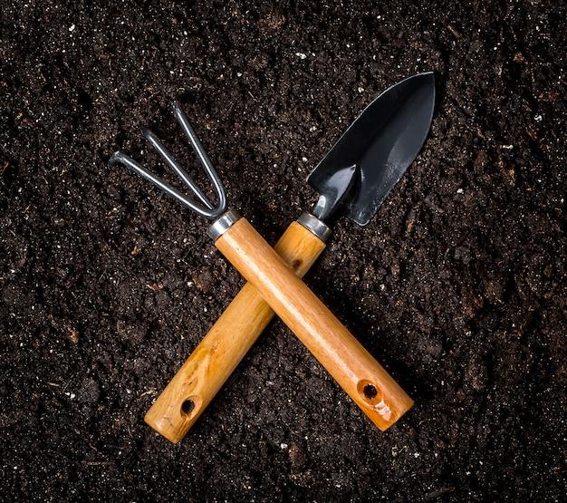 Herramientas de jardinería en suelo llano