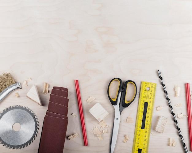 Herramientas de madera de vista superior en el escritorio Foto gratis