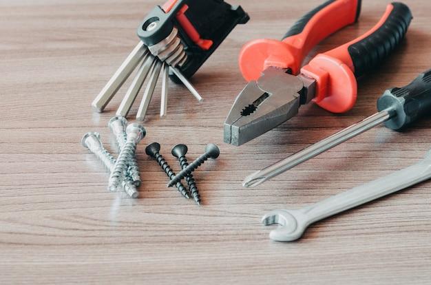 Herramientas de mano en una mesa de madera de renovación de herramientas