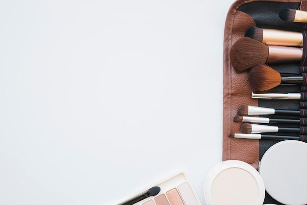 Herramientas de maquillaje en un estuche