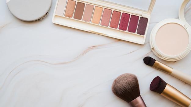 Herramientas de maquillaje y sombra de ojos