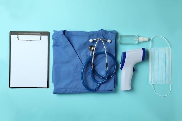 Herramientas médicas y pistola termómetro en azul