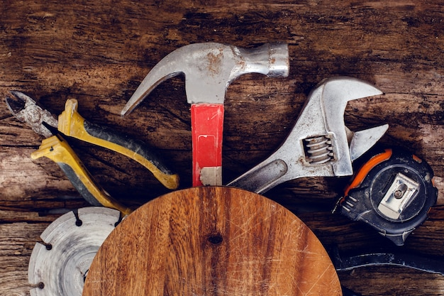 Herramientas en la mesa de madera