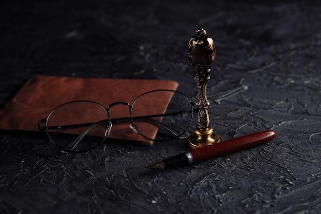 Herramientas notariales. concepto de ley con sello, bolígrafo y sobre