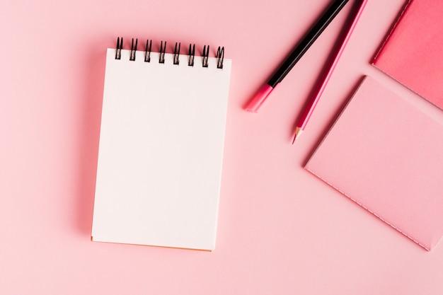 Herramientas de oficina color rosa de superficie.