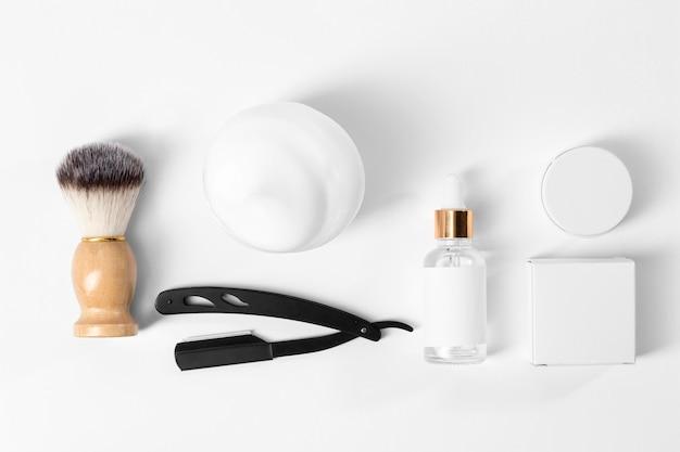 Herramientas para peinar la barba con jabón.
