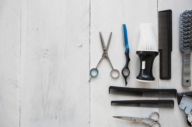 Herramientas de peluquería en el fondo blanco
