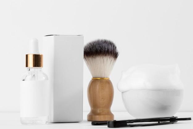 Herramientas de peluquería de vista frontal con cepillo de aseo