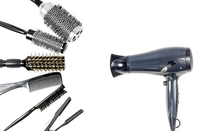 Herramientas de peluquería vista superior sobre aislante blanco.