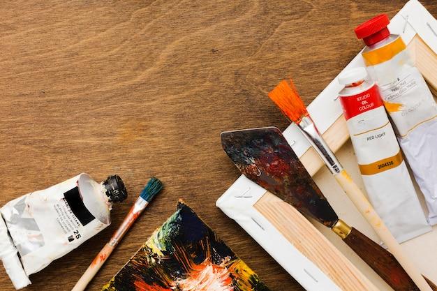 Herramientas de pintura sucias y tubos de acuarela