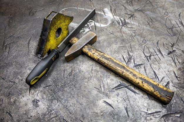 Herramientas para procesar metal sobre la mesa