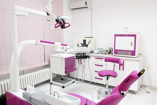 Herramientas profesionales de dentista y silla en el consultorio dental