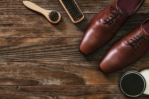 Herramientas de pulido de zapatos de mesa de madera vintage en trabajos y concepto de carrera