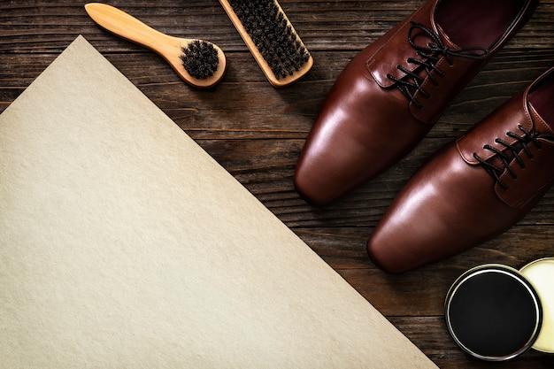 Herramientas de pulido de zapatos de mesa de papel vintage en trabajos y concepto de carrera