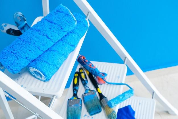 Herramientas de renovación de casa en escalera blanca