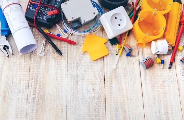 Herramientas de reparación eléctrica en la casa. enfoque selectivo. plan
