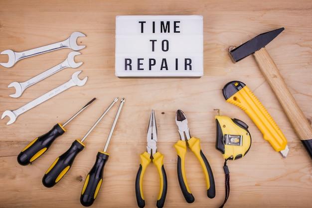 Herramientas de reparación - martillo, destornilladores, llaves ajustables, alicates. concepto masculino para el día del padre.