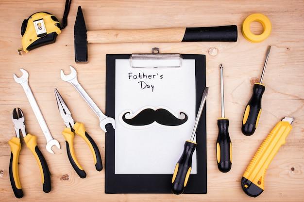 Herramientas de reparación - martillo, destornilladores, llaves ajustables, alicates. hoja de papel blanco. concepto masculino para el día del padre.