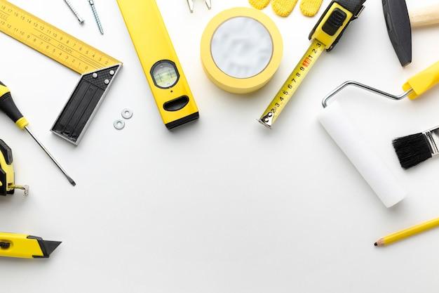 Herramientas de reparación y pintura con espacio de copia.