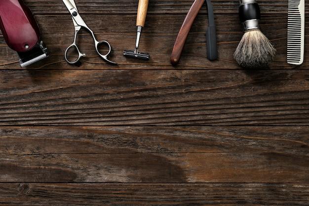 Herramientas de salón de borde vintage en una mesa de madera en trabajos y concepto de carrera