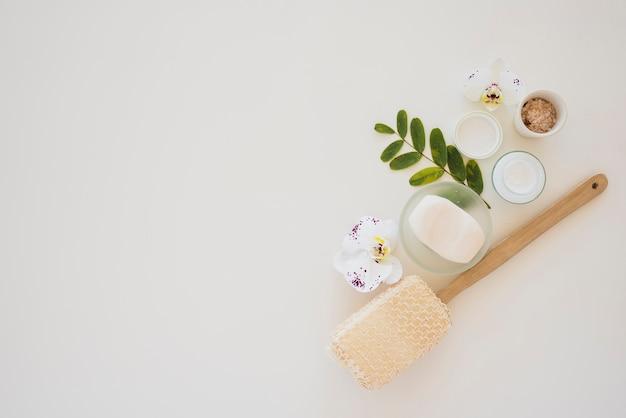 Herramientas de salud de la piel sobre fondo blanco.