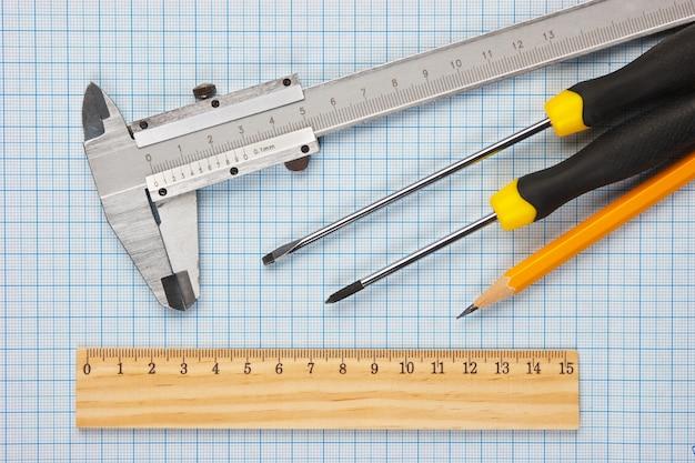 Herramientas técnicas en papel cuadriculado