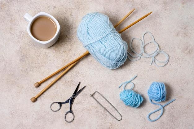 Herramientas de tejer en la mesa