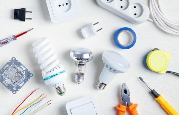 Herramientas de trabajo, bombilla y componentes. objetos eléctricos