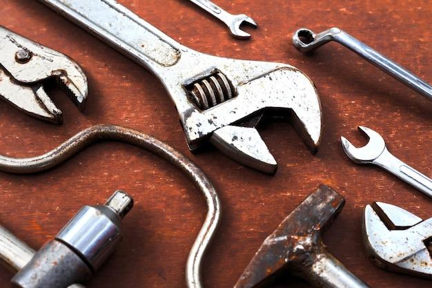 Herramientas de trabajo en el fondo de la mesa de madera. vista superior