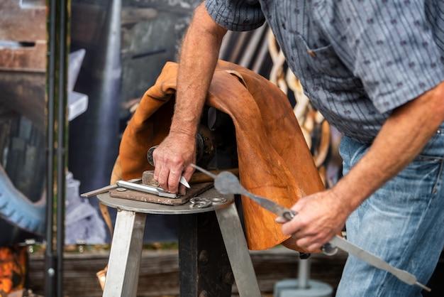 Herrero de hierro forjado tradicional martillo golpeando