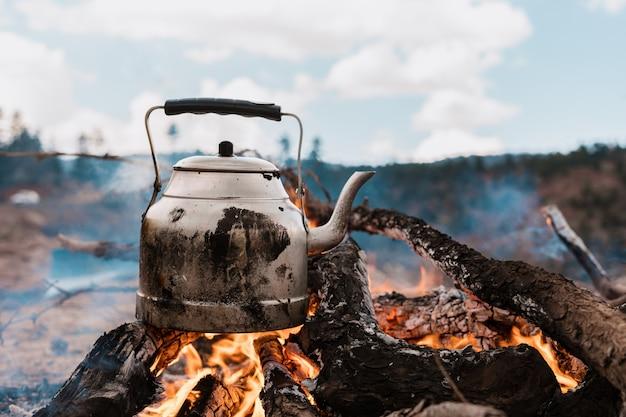 Hervidor de agua en llamas en las montañas fondo de pantalla