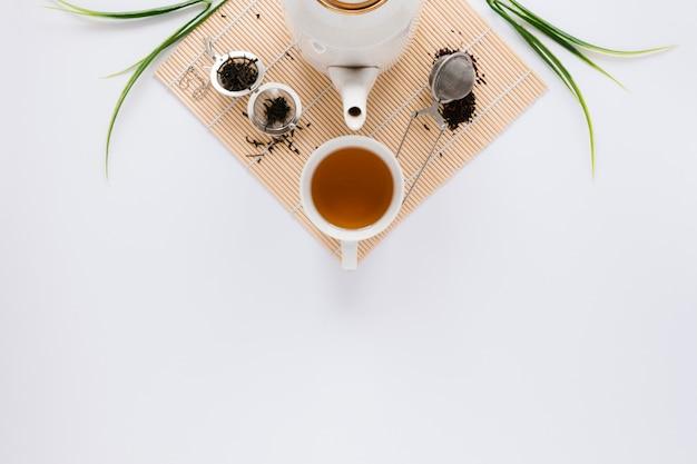 Hervidor de agua y taza de té con espacio de copia