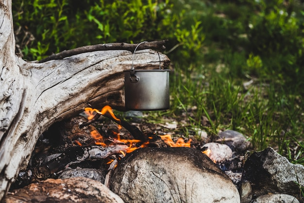 Hervidor colgando sobre el fuego