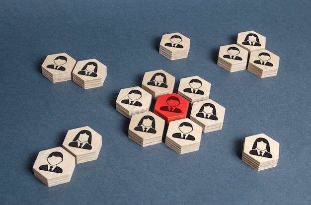 Los hexágonos con los empleados forman el núcleo alrededor de la figura del líder rojo liderazgo y gestión empresarial